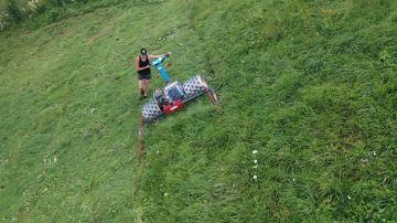 En montagne, une motofaucheuse pour faucher l'herbe en pente raide