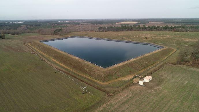 Un bassin de stockage d'eau  à Mont-de-Marsan (Landes),  avec sa station de pompage  au premier plan.