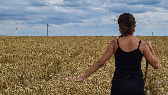Femme dans du blé