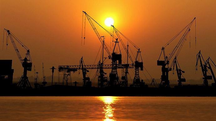 port de marchandises au soleil couchant