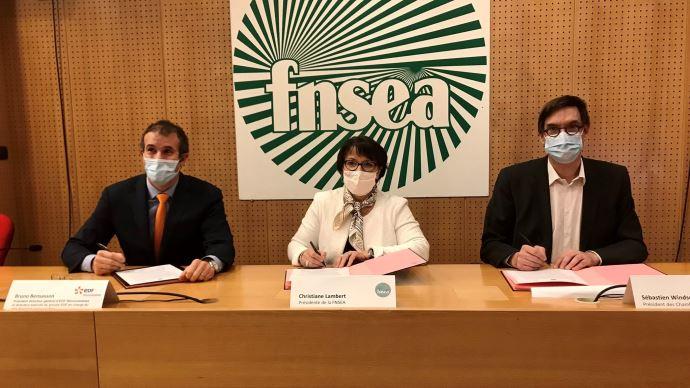 Bruno Bensasson (EDF), Christiane Lambert (FNSEA) et Sébastien Windsor (APCA) ont signé le 19 janvier une charte pour encadrer le développement du photovoltaïque agricole