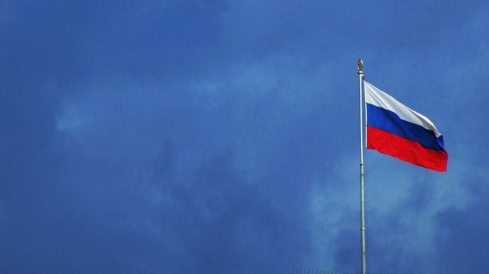 Drapeau russe sur ciel orageux