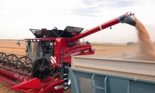 Quand la moissonneuse-batteuse prend le contrôle du tracteur