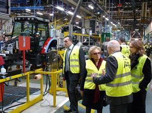 Richard Markwell a fait visiter l'usine Agco de Beauvais à Bernadette Chirac.