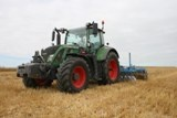 Tracteur Fendt 716 Vario travaillant le sol.