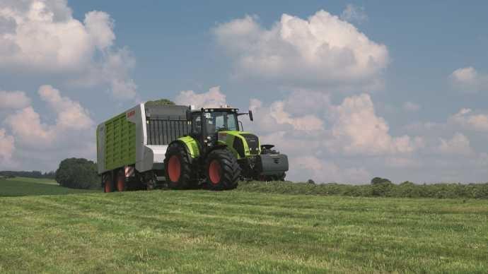 Tracteur Claas Axion 820 au champ