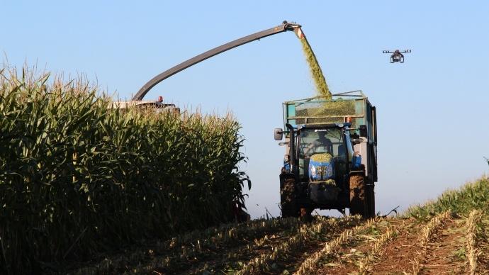Suivez en vidéo la récolte et la confection des silos sur le terrain