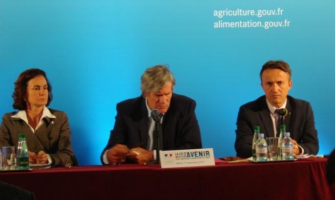 Stéphane Le Foll ministre de l'Agriculture entouré de deux de ses conseillers.