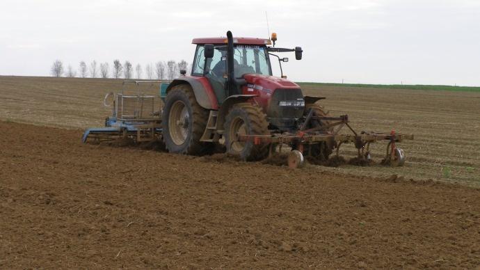 Préparation du sol avant semis.