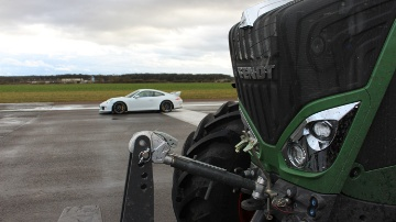 Un Fendt 828 Vario affronte une Porsche 911 GT3